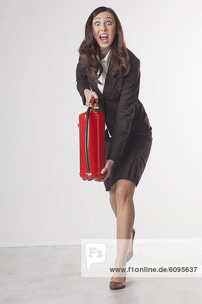 Geschäftsfrau mit Feuerlöscher  Portrait