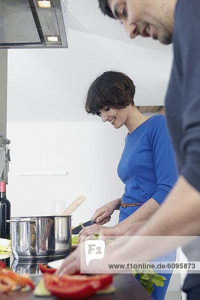 Mann und Frau kochen gemeinsam in der Küche