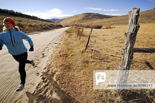 Frau  rennen  Fernverkehrsstraße  schmutzig  vorwärts