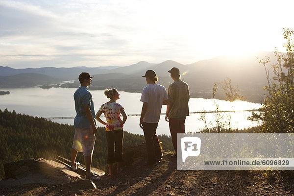 4  sprechen  Freundschaft  nehmen  junger Erwachsener  junge Erwachsene  Sonnenuntergang  wandern  Ansicht  jung  Erwachsener