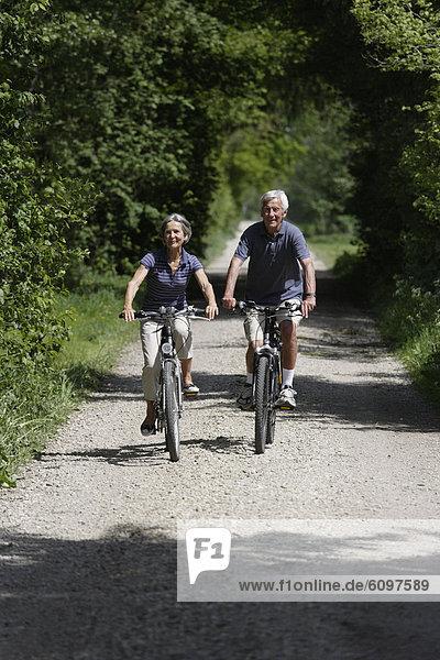 Deutschland  Bayern  Seniorenpaar auf der Einbahnstraße