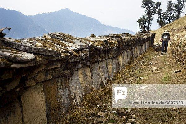 nebeneinander  neben  Seite an Seite  Berg  Wand  gehen  Einsamkeit  Bergwanderer  kanadisch  Nepal  Gebet