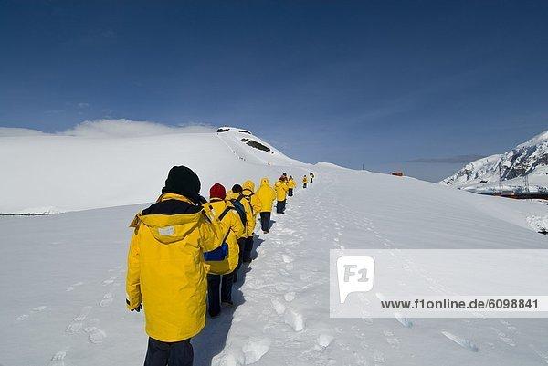 gehen Tourist vorwärts Antarktis Hang Schnee