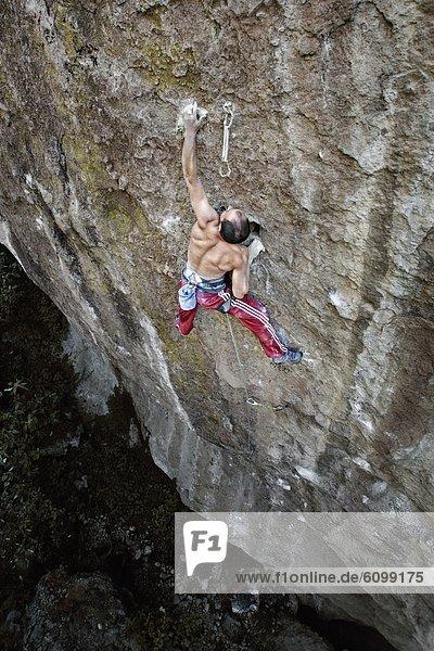 Felsbrocken  Mann  Hemd  Hose  rot  Mexiko  klettern