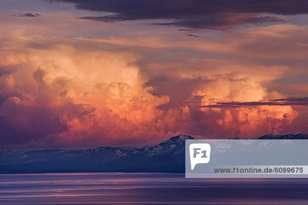 Berg  bedecken  Sonnenuntergang  über  See  Gewitterwolke  Alpenglühen  Schnee