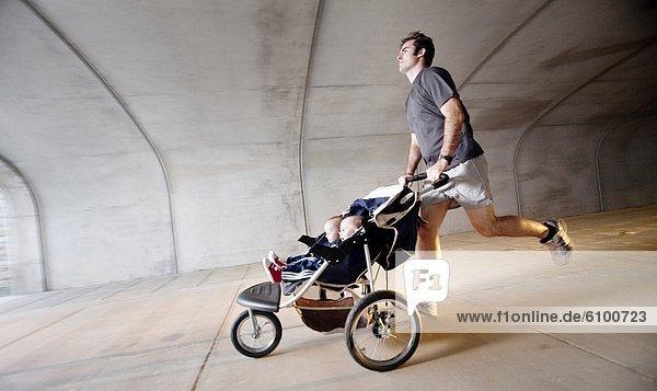 Bewegung  Mann  Bewegungsunschärfe  Sohn  Tunnel  rennen  Zwilling - Person  Kinderwagen