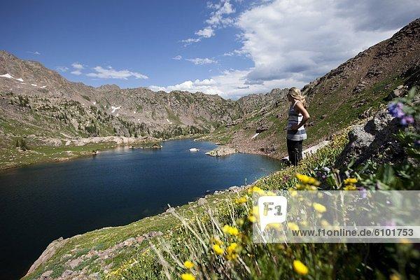 Frau  Berg  bedecken  See  Ignoranz  Wildblume  jung  Seitenansicht  Colorado