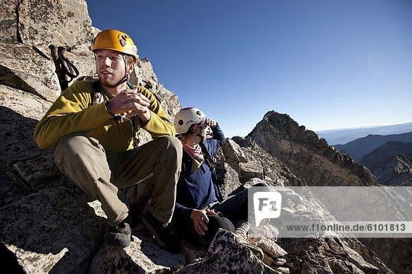 sitzend Berg Mann Pause 2 jung Freisteller klettern Linie Pause machen