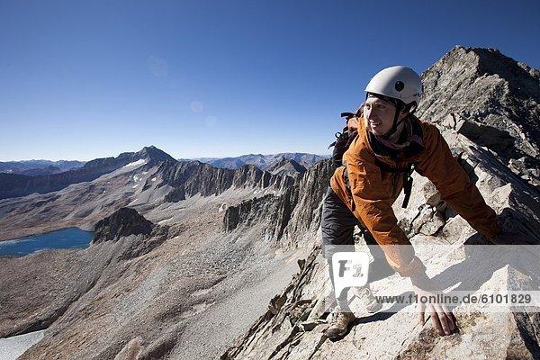 hinter überqueren Mann Berggipfel Gipfel Spitze Spitzen jung Freisteller Linie