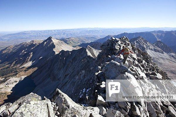 überqueren  Berg  Mann  Berggipfel  Gipfel  Spitze  Spitzen  jung  Freisteller  Linie