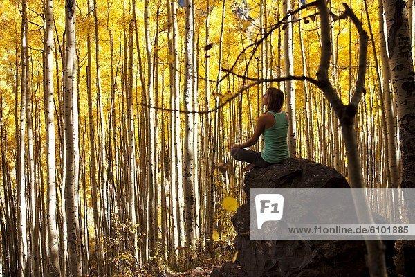 Felsbrocken junge Frau junge Frauen Ruhe Meer Meditation