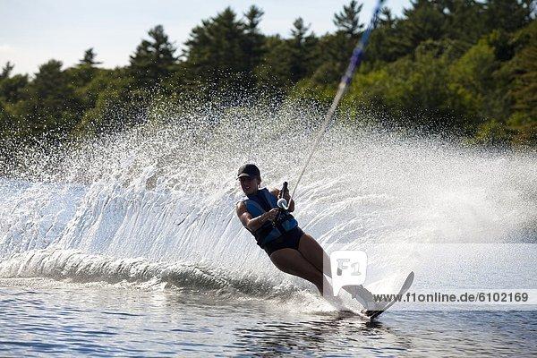 nahe  Wasser  Skifahrer  drehen  Spritzer  See  groß  großes  großer  große  großen  Skisport  Maine