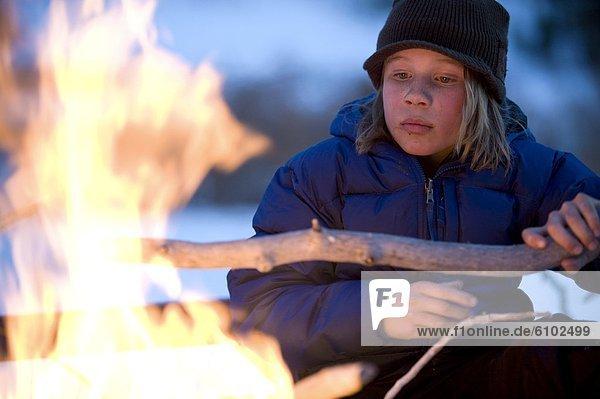 Lagerfeuer  Junge - Person  Fürsorglichkeit  unbewohnte  entlegene Gegend  Kalifornien