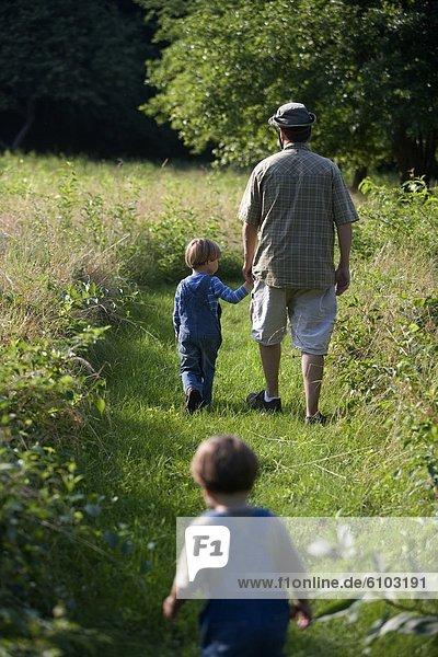 gehen  Junge - Person  Menschlicher Vater  Feld