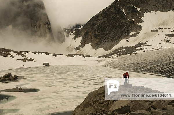 Bergsteigen  Mann  wandern  Gletscher  Bugaboo Provincial Park  British Columbia  Kanada  Granit