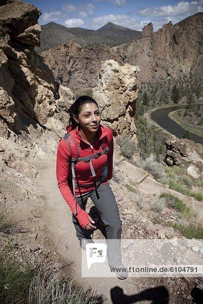 Weibliche Wanderweg rocky.