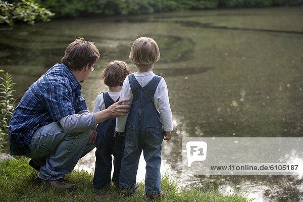 Menschlicher Vater  Sohn  sehen  Teich