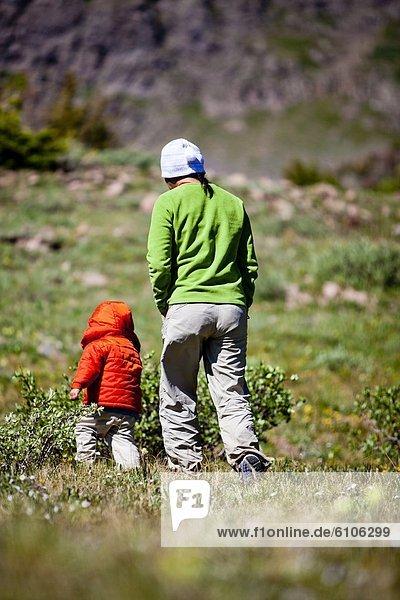 Frau  gehen  Sohn  folgen  Berg  Wiese  Nummer  2  teilen  alt  Jahr
