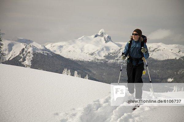 Skifahrer  folgen  unbewohnte  entlegene Gegend  Schnee
