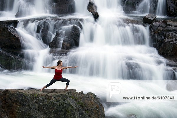 Frau  See  frontal  zeigen  Wasserfall  Yoga  groß  großes  großer  große  großen  Kalifornien