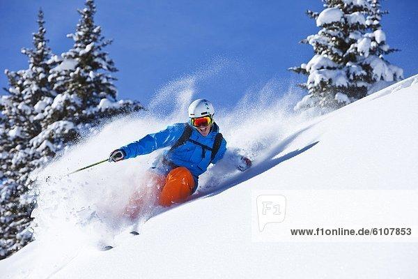 Skifahrer  Tag  Frische  lächeln  drehen  Athlet  Gesichtspuder  unbewohnte  entlegene Gegend  Sonnenlicht  Colorado