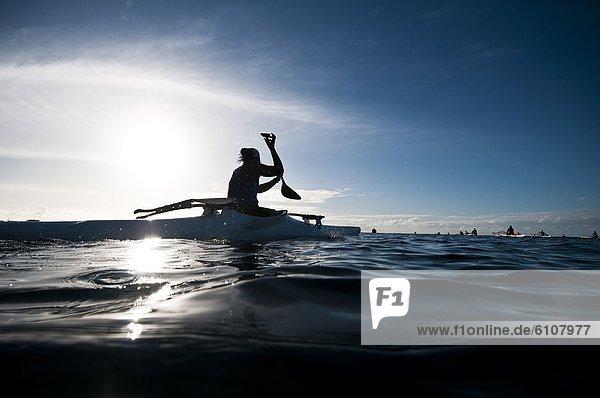 Frau  offen  Ozean  Kanu  paddeln  Cook-Inseln  Rarotonga