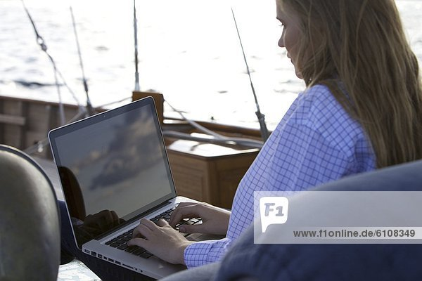 Segeln  benutzen  einsteigen  Jugendlicher  Computer  Notebook  Sonnenuntergang  Himmel  Spiegelung  Yacht  Mädchen  Bildschirm  sichtschutz