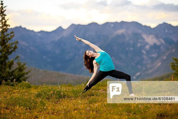 Frau  Berg  hoch  oben  zeigen  Yoga  Pose