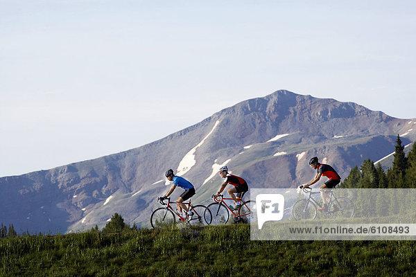 nahe  Berg  fahren  Fahrradfahrer  3  Berggipfel  Gipfel  Spitze  Spitzen  Kopfbedeckung  Colorado  Vail