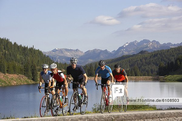 nahe  Berg  fahren  Fahrradfahrer  Berggipfel  Gipfel  Spitze  Spitzen  Kopfbedeckung  Colorado  Vail