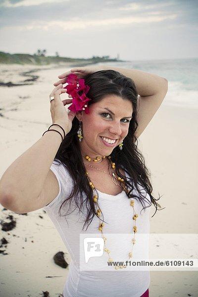 Frau  Blume  Strand  befestigen  jung  Bahamas  Haar