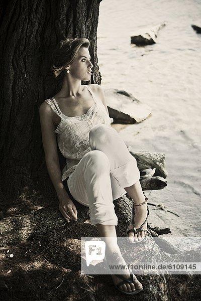 Frau  ruhen  Baum  See  jung  Maine