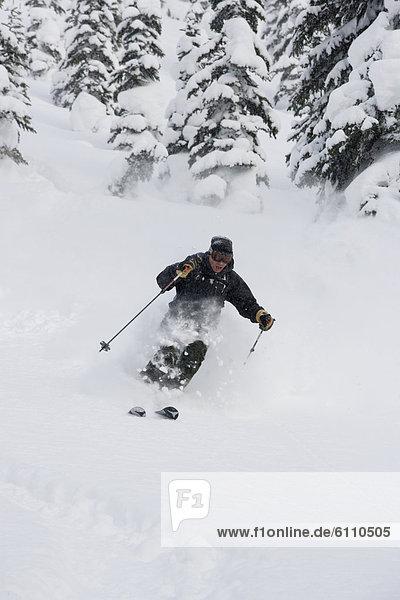 Mann  Skisport  Gesichtspuder  jung  tief