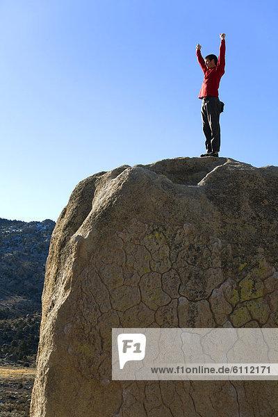 stehend  Mann  hoch  oben  Boulder