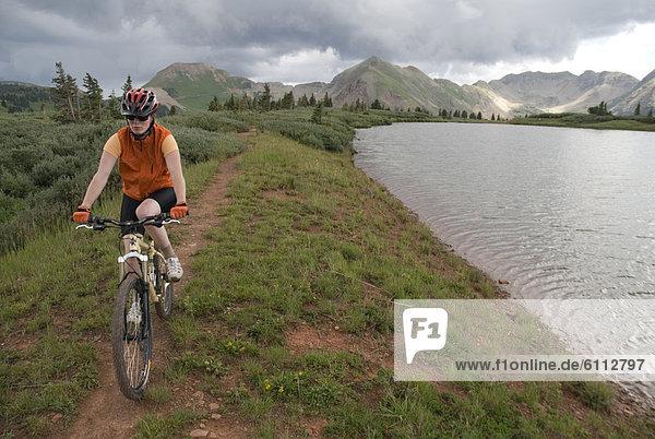 Frau  Berg  See  Fahrrad  Rad  vorwärts