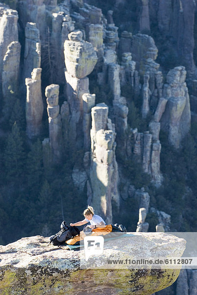 Felsbrocken  Frau  balancieren  camping
