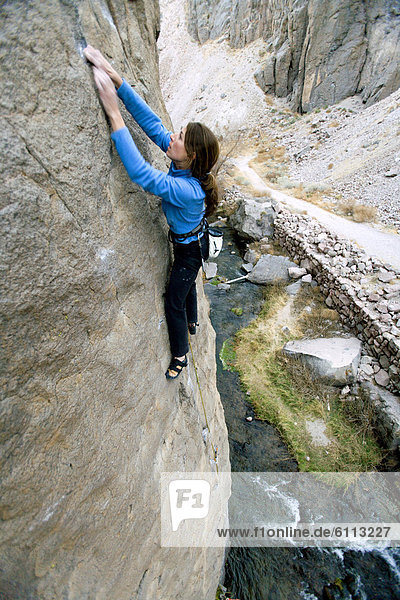 Frau  über  Fluss  klettern