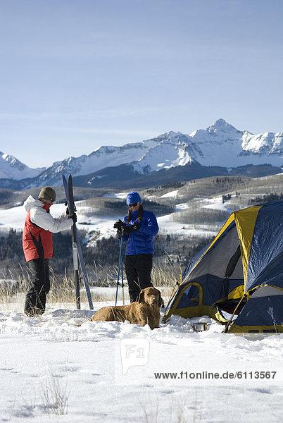 Frau  Mann  camping  Schnee
