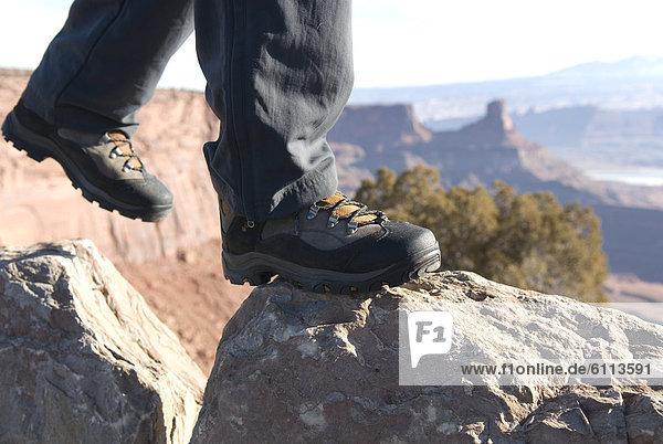 hoch  oben  nahe  Felsbrocken  gehen  Stiefel