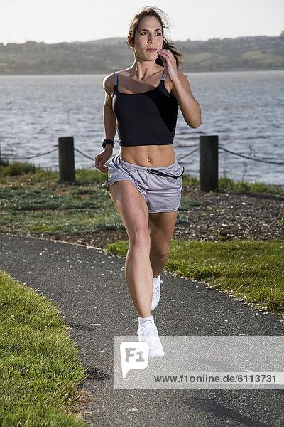 Frau  rennen  Ufer
