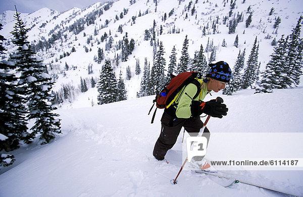 hoch  oben  Berg  Skifahrer  unbewohnte  entlegene Gegend