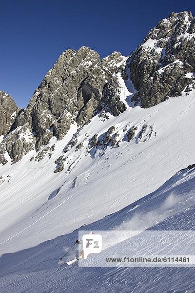 Mann  Ski  Gesichtspuder  jung  Skipiste  Piste  Österreich