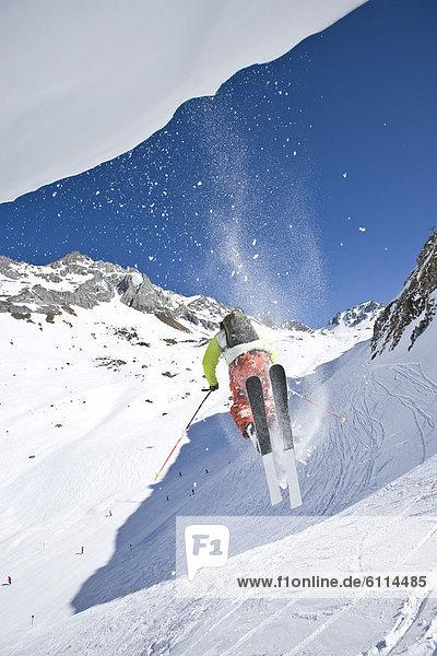 nahe  Mann  Skisport  jung  springen  Rand  Skipiste  Piste  Österreich