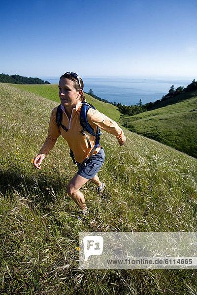 Frau  Hügel  Küste  wandern  vorwärts  Wiese