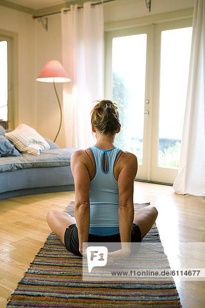 Frau  Rückansicht  Schlafzimmer  Ansicht  Yoga