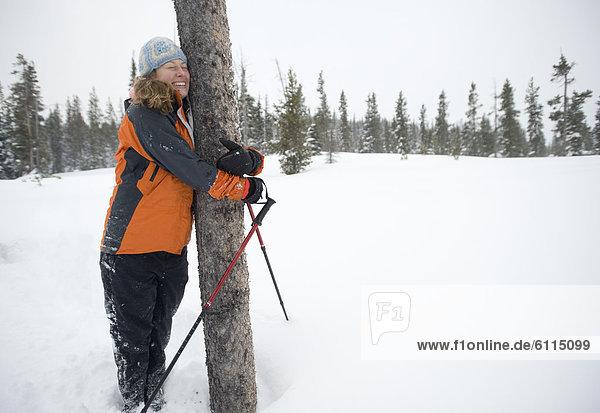 Biegung  Biegungen  Kurve  Kurven  gewölbt  Bogen  gebogen  Frau  Winter  bedecken  umarmen  Baum  Feld  jung  Oregon  Schnee