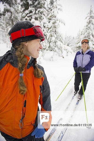 Biegung  Biegungen  Kurve  Kurven  gewölbt  Bogen  gebogen  überqueren  Frau  lachen  folgen  2  jung  Kreuz  Oregon  Schnee