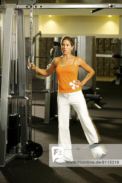 Fitness-Studio  Frau  heben  Hantel