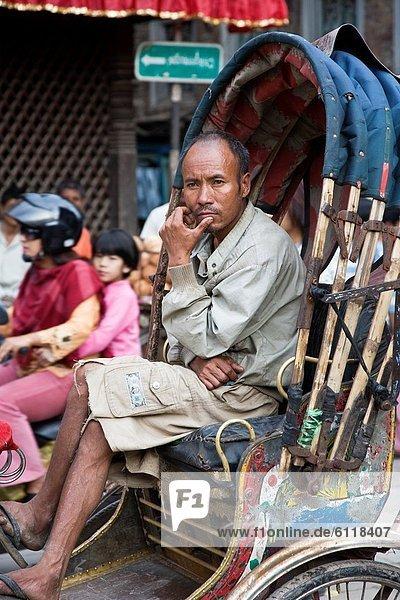 Kathmandu  Hauptstadt  nahe  Mann  Tischset  Stadt  Ethnisches Erscheinungsbild  Bhaktapur  Nepal  Rikscha