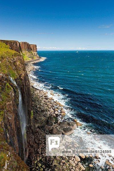 entfernt  Felsbrocken  Europa  Großbritannien  über  Steilküste  Küste  fließen  Wasserfall  Schottenrock  Schottland  Skye